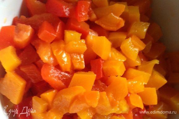 Первым делом готовим соус пеперад, так как он является основой для нашего блюда. Духовку разогреть до 200 — 220°С и запечь перцы (20 минут). Положить в пакет минут на 10, затем снять с них кожицу и нарезать мелкими кубиками.