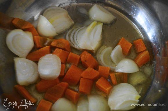 Лук и морковь очистить, промыть и крупно нарезать. В кастрюле разогреть оливковое масло и обжарить на нем овощи до мягкости.