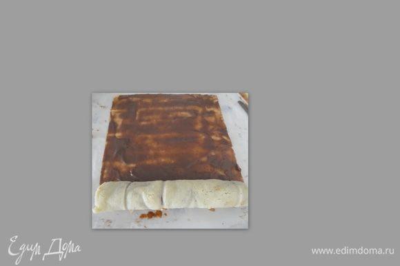 Тесто должно быть белое, как только по краю начнёт чуть зарумяниваться, вынимайте. Достать из духовки и выложить на влажное полотенце. Обрежьте зарумянившиеся концы. Поставьте следующий лист выпекаться. Теперь быстро нанесите крем на тесто и аккуратно сверните в рулет. Второй лист смазать кремом и на край выложить первый рулет и вместе с ним заворачивайте второй лист. Получился рулет один в другом.