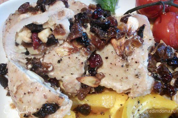 Мясо и овощи запекается в духовке в течении 30 мин. Выложите свиные кармашки и овощи на одно блюдо и наслаждайтесь.