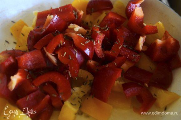 Разогреваем в сковороде немного оливкового масла и выкладываем перец обжариваем 2 минуты, добавляем кориандр и зиру, солим и жарим еще 3 минуты. Снимаем с огня.