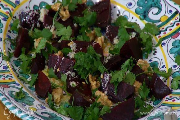 Листья кинзы измельчить руками и посыпать салат.