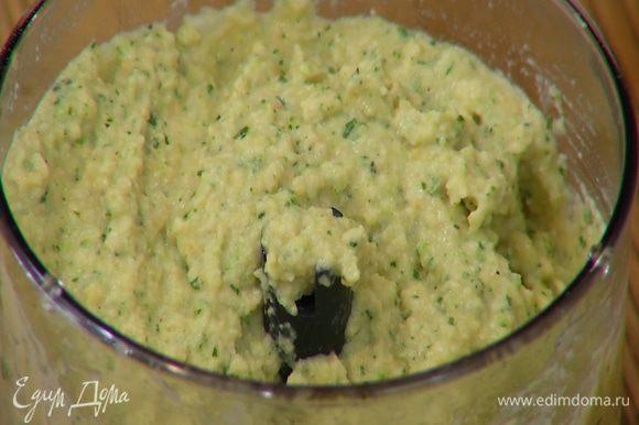 Приготовить хумус: в чаше блендера соединить нут, цукини, обжаренные орехи, листья базилика, чеснок, влить лимонный сок, оливковое масло, посолить, поперчить и взбить все в однородную массу.