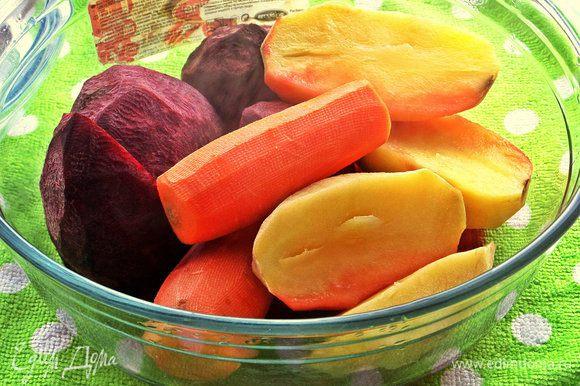Вынимаем готовую картошку, закрываем крышкой и печём дальше! Через 3 минуты была готова морковь, ещё через 2 минуты - свёкла. Вот напоминаю время у каждого овоща: -картофель-10 минут -морковь-13 минут -свёкла-15 минут Если нарезать заранее овощи кубиками как на салат, то время запекания значительно сократится! Только надо тогда овощи запекать по-отдельности партиями.
