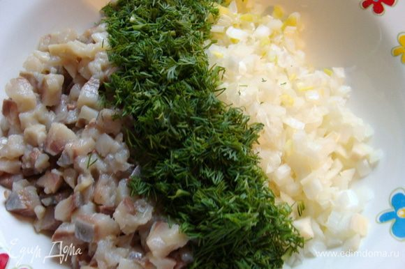 Филе сельди, лук и укроп мелко-мелко порубить. Добавить 1 ст/л масла, смешать и дать немного настояться.