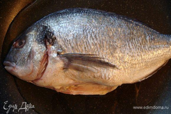 Дораду почистить, промыть и обсушить. В сковороду налить оливковое масло и положить рыбу.