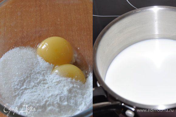 """Приготовим основу для крема """"дипломат"""" – заварной крем. В сотейник наливам 260 мл молока, добавляем половину сахара, щепотку соли и доводим до кипения. В оставшихся 60 мл молока ставим набухать желатин. В миске взбиваем яйца с крахмалом и сахаром."""