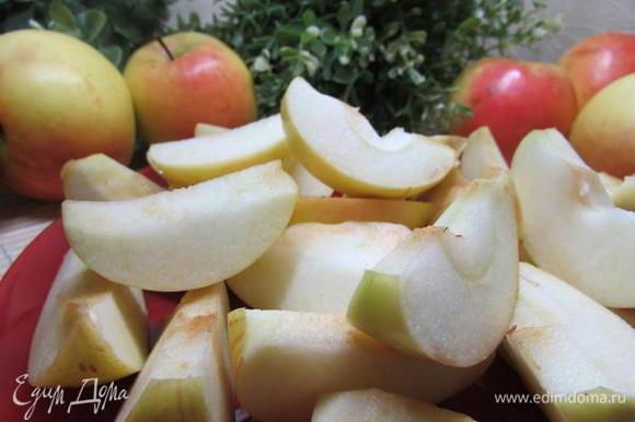 Яблоки почистить, разрезать на две или четыре части, удалить сердцевину. Кожицу не снимать.