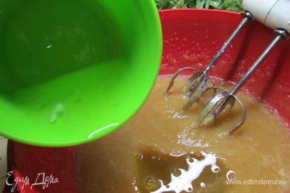 Затем добавляем в яблочное пюре белки и взбиваем до тех пор, пока наша смесь не увеличится в объеме в 2-3 раза.