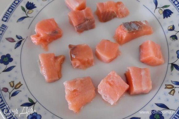 Половину филе нарезать на кусочки и обжарить 5 минут в оливковом масле. Отложить в сторону.