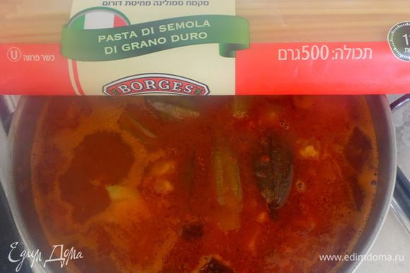 Затем добавить половину филе рыбы и спаггети. Варить суп до готовности пасты.