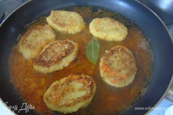Залить овощным бульоном, добавить лавровый лист и потушить под крышкой 10-15 минут.