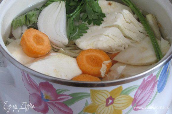 Овощной бульон можно приготовить из любых овощей. Чем их будет больше, тем вкуснее. Я сварила бульон из моркови, корня сельдерея, капусты, репчатого лука и петрушки.