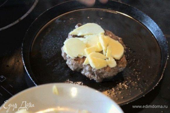 Формируем котлету на бургер и обжариваем с обеих сторон. В конце обжарки поверх котлеты кладем козий сыр, чтобы он подплавился.