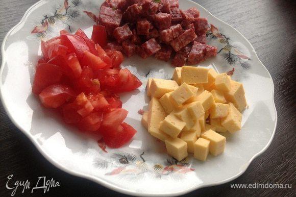 Салями, твердый сыр и помидор (крупный) нарезать кубиками.