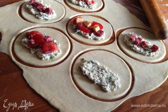 С одной стороны положить начинку: творог, салями, помидоры и сыр.