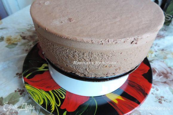 Даем глазури остыть до 30 градусов, она должна начать густеть, и поливаем ей торт. Для этого торт ставим на решетку или на перевернутую глубокую тарелку, под которые ставим большое блюдо, чтобы глазурь туда стекала.