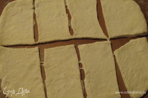 На рабочей поверхности, присыпанной мукой, раскатать тесто в пласт, нарезать полоски шириной 2 см, длиной - около 4-х (должно получиться 16 полосок).