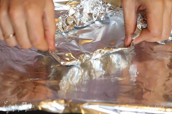 Застилаем противень фольгой. Формируем из отрезков фольги мисочки по размеру нарезанных стейков трески.