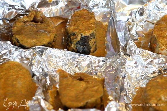 Кладем каждый стейк в мисочку из фольги и полностью покрываем перечным соусом.