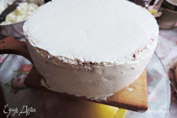 Верхний ярус кладем на подготовленную подложку, диаметр которой равен диаметру бисквита. Обмазываем его кремом. Ставим его на место, усиленное системой трубочек.