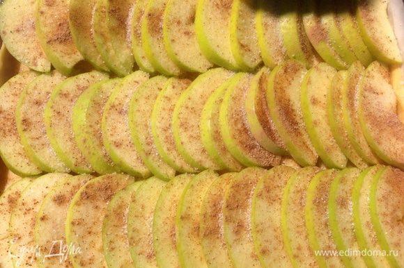 Яблоки посыпаем корицей и коричневым сахаром.