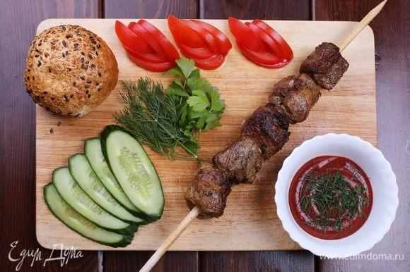 Готовый шашлык в сочетании со свежими овощами и маринованным лучком - идеальное летнее блюдо. Приятного аппетита!