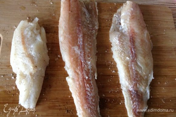 Рыбу посолить, по перчить, сбрызнуть лимонным соком.