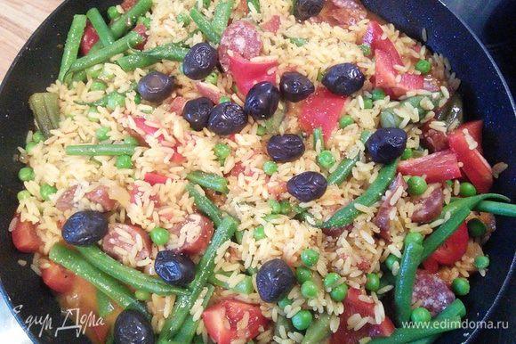 Солим, перчим и размешиваем. При необходимости можно добавить жидкость, в которой варились овощи (чего добру пропадать).