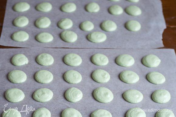 Отсадить на пекарскую бумагу кружочки диаметром 3-4 см. Оставить подсыхать на 1 час. Если за это время они не покроются корочкой, то разогрейте духовку до 60С, поставьте их туда на 5 минут и достаньте.