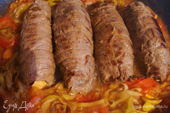 Обжарить на растительном масле со всех сторон до небольшой золотистой корочки. Выложить на тарелку. Помидоры мелко порезать, лук-порей (примерно 15 см длинной стебель), порезать тонкими колечками, все обжарить на сковороде, где жарилось мясо, потом, вернуть мясные рулетики в сковороду, залить вином, закрыть крышкой, тушить на медленном огне 15 минут.