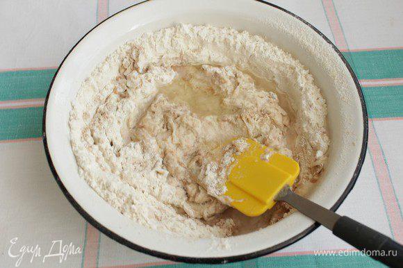 Добавляем соль, оставшийся сахар, масло и 300±10 мл воды комнатной температуры.