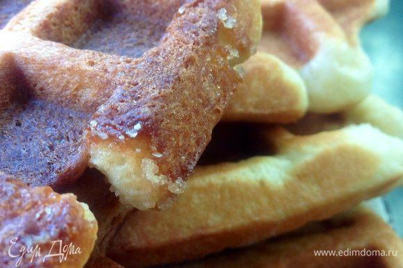 Вот на этом фото видно как карамелизируются кусочки сахара при выпечке. В корочке вафли периодически будет встречаться такая сахарная карамельная хрустинка -это обалденно вкусно!