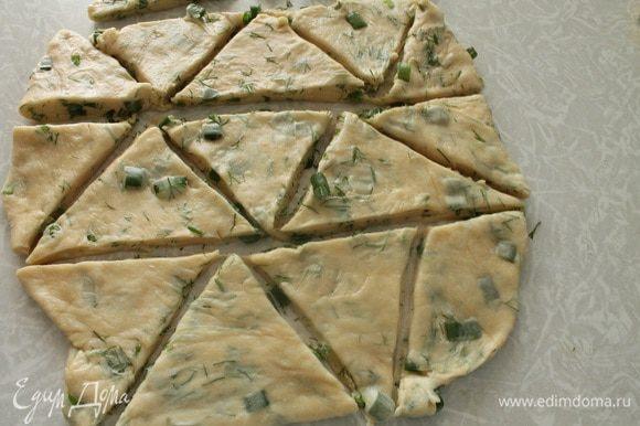 Достать тесто из холодильника и раскатать в пласт толщиной 1 см. Острым ножом нарезать тесто на треугольники или квадраты. Можно и вырезать любые фигурки с помощью формочек для печенья. Я часть сделала с помощью стакана, но мне не очень понравились изделия после выпечки. Края у стакана не острые и слоечки получаются не совсем слоистые.