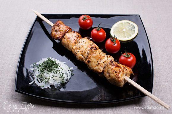 Подавать в классической летней манере – со свежими овощами или овощным гарниром, приготовленным на углях (кстати, об этом тоже расскажу, но позже). Отличный диетический ужин. Приятного аппетита! Будьте в форме – кушайте шашлыки.