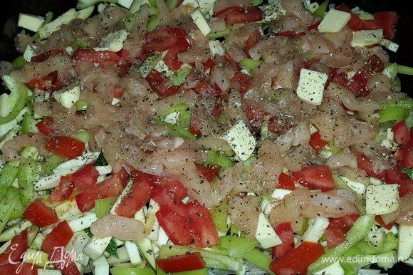 Овощи хорошо вымыть, нарезать соломкой (не чистить) и сразу выкладывать по мере нарезки на смазанный оливковым маслом противень. Сверху на овощи выложить также соломкой нарезанную куриную грудку. Посолить, поперчить, посыпать сушеным базиликом, добавить несколько кусочков сливочного масла и отправить в духовку на нижний уровень включив ее на 200С.