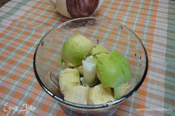 Здесь еще проще - мякоть банана и авокадо укладываем в блендер, выжимаем сок лайма и пюрируем.