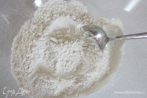 Разогреть духовку до 180 градусов. В миску просеять муку, разрыхлитель и добавить щепотку соли.