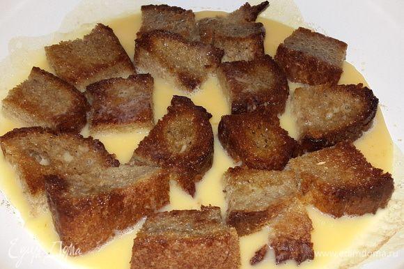 Перевернуть хлеб и залить яичной смесью, убавить огонь и накрыть крышкой.