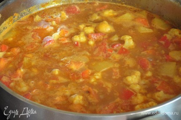 Залейте овощи бульоном или горячей водой, доведите до кипения, затем опять убавьте огонь и тушите 25 минут, не закрывая крышкой. Посолите, поперчите по вкусу.