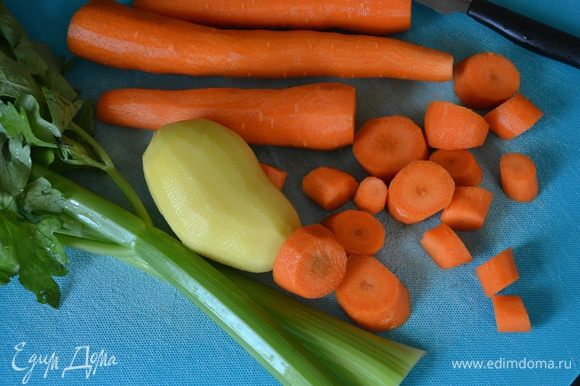 Овощи вымыть, очистить и нарезать кубиками. Положите все в кастрюлю с лавровым листом и веточкой тимьяна.