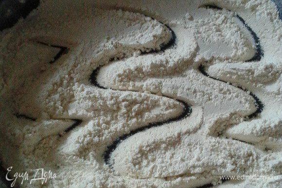 Муку обжарить на сухой сковороде до изменения цвета и появления характерного орехового аромата.