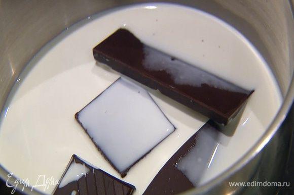 Шоколад поломать небольшими кусочками, поместить в кастрюлю, влить 100 мл сливок и прогревать, пока шоколад полностью не растворится.