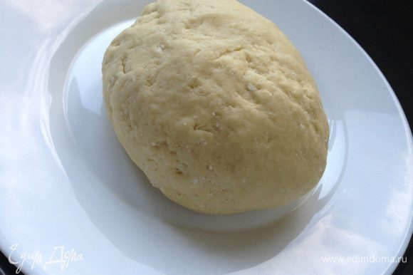 Размягченное сливочное масло растереть с сахаром. Добавить творог и яйцо. Хорошо перемешать до однородности. Всыпать просеянную муку с разрыхлителем и замесить тесто. Положить тесто на 20 минут в холодильник.