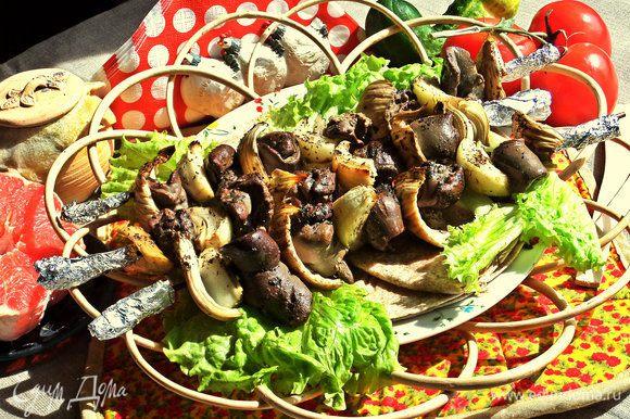 Подаём со свежими овощами,зеленью и цельнозерновыми тортильями.