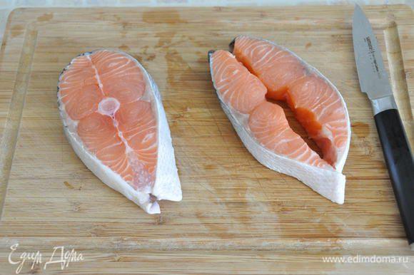 Для приготовления лёгкого ужина нам понадобится 2 стейка сёмги (или любой красной рыбы). У меня - общим весом 400 грамм. Стейки помыть, почистить от чешуи, подсушить бумажным полотенцем. Разрезать вертикально на 2 части, освободить от костей.
