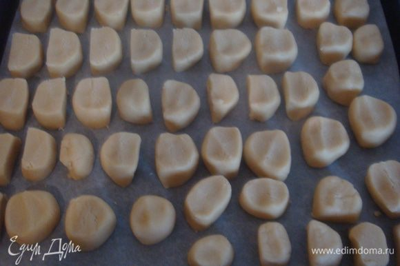 Противень выстеленный пергаментом выкладываем печенье. Выпекаем в заранее разогретой духовке 30-35 минут при 180 градусах.