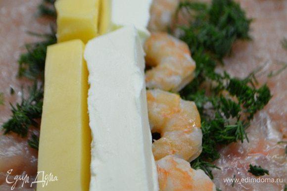 На каждый пласт выложить по 1 ст. л. рубленного укропа, заранее отваренные и очищенные креветки, по брусочку сыра и сливочного масла.