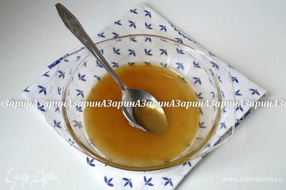 Для итальянской меренги смешать сахар (у меня коричневый) и воду. Поставить на огонь, довести до кипения, не мешая.