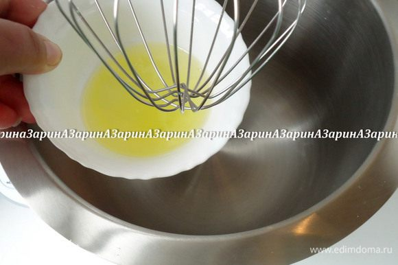Далее необходим градусник. Опустить его в сироп. Когда температура сиропа достигнет 113 градусов, начать взбивать белок до мягких пиков.